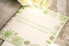 Quadratische Karte in Grün-Creme für eine rustikal-elegante Hochzeitsfeier. Mit VW-Bulli und kleinem Herzen, vielen floralen Blatt- und Blumenelementen in Grüntönen. ©passion4paper / www.die-edle-karte.de