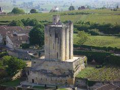 Saint-Emilion (Gironde), donjon dit Château du Roi- 14) LE ROI INTROUVABLE: Observez maintenant la place singulière du donjon de St-Emilion: non seulement il n'y a aucune issue sur la campagne mais il est en plus enfermé dans l'enceinte communale. Quel seigneur laisserait une faible garnison (le château est très petit, en 1253, la garnison n'est que de 10 chevaliers) livrée à une ville de 10 000 âmes révoltées et habituées à défendre leur ville? Chronique d'une boucherie annoncée...