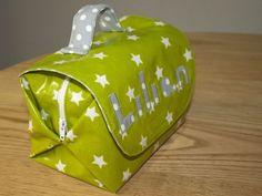 Petite commande spéciale d'une amie: un sac à goûter pour son fils pour la garderie. On a regardé ensemble ce qui existait et son choix s'est porté sur une petite…