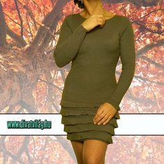 Csinos és elegáns. Testhez simuló, a nőies formát kihangsúlyozó fazon. A ruha anyaga apró hosszanti irányba bordázott. Ezzel azt a hatást éri el, hogy kissé megnyújtja, illetve keskenyíti viselőjét. Az alsó részét kereszt irányú fodrok díszítik.