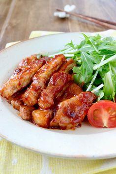 完成までわずか10分!忙しい時でもあっという間に出来て、子供も男子もよろこぶポークチャップを、今回はとんかつ用の豚肉を使って作りました。 並べて盛りつければステーキ風で豪華に♪サイコロステーキ風に切って焼けば、お弁当にもお勧めです♪ Japanese House, Japanese Food, Home Recipes, Asian Recipes, Daily Meals, Chicken Wings, Food And Drink, Menu, Cooking