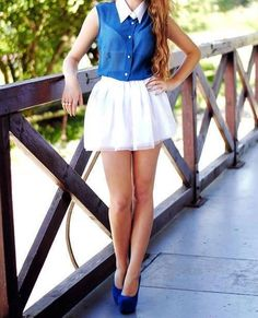 look de camisa musculosa manga corta y falda corta blanca combinado con zapatos de color azul