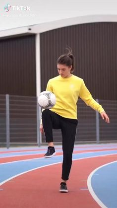Football Tricks, Football Workouts, Soccer Gifs, Soccer Drills, Football Girls, Girls Soccer, Girl Playing Soccer, Inspirational Soccer Quotes, Super Funny Videos