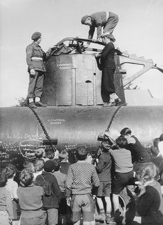 Children inspecting a Japanese midget submarine (Australia,1942)