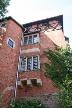"""Stockturm, ehem. Schlossturm - Der Stockturm, vermutlich das älteste Gebäude Nienburgs, ist eines der Wahrzeichen der Stadt. Er ist der Rest der einstigen Wasserburg der Grafen von Hoya. Nach dem 30-jährigen Krieg wurden das Schloss und die Nebengebäude abgebrochen. Der Turm wurde nach der Franzosenzeit Gefängnis; hier lagen die Gefangenen """"im Stock"""". Heute ist das Gebäude Domizil des Corps Hannoveriana und des Rühmkorffbundes."""