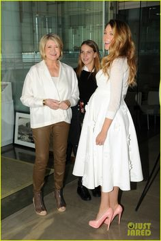 Pregnant Blake Lively & Martha Stewart Happily Pose Together at American Made Summit. Blake looks so CUTE! Blake Lively Pregnant, Blake Lively Baby, Blake Lively Style, Stylish Maternity, Maternity Wear, Maternity Dresses, Maternity Fashion, Pregnancy Looks, Pregnancy Outfits