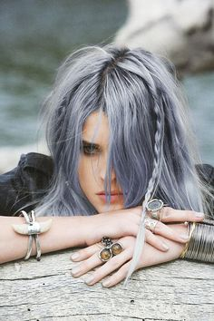 silver blue hair instead of going gray Curls Haircut, Pelo Color Plata, Silver Blue Hair, Blue Grey Hair, Silvery Purple Hair, Green Hair, Going Gray, Trendy Hairstyles, Scene Hairstyles