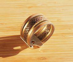 Bracelet manchette cuir reptile brun et doré : Bracelet par ccedillle