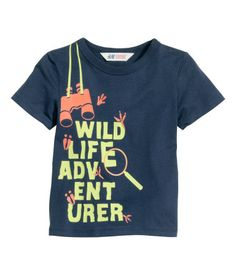 T-shirt avec impression Boys Shirts, T Shirts, Printed Shirts, Kids Nightwear, Joggers Outfit, Cool Graphic Tees, Kids Fashion Boy, Kids Prints, Kids Wear