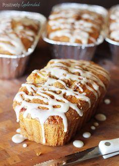 Bun Mini Quick Bread Loaf Recipe Honey Bun Mini Loaves at Positively Splendid. Super easy and SO delicious! Perfect for gift-giving!Honey Bun Mini Loaves at Positively Splendid. Super easy and SO delicious! Perfect for gift-giving! Recipe For Honey Buns, Honey Bun Cake, Mini Loaf Cakes, Mini Bread Loaves, Mini Loaf Pan, Pound Cakes, Loaf Recipes, Cake Recipes, Dessert Recipes