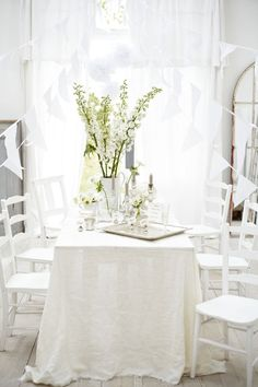 white table setting... Home Staging, White Dinner, White Table Settings, Le Diner, White Cottage, Diy Home, White Rooms, Shades Of White, Center Table