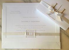 www.cdam.com.br CDAM Design Convite de casamento com monograma em relevo seco e na placa acrílica de fechamento