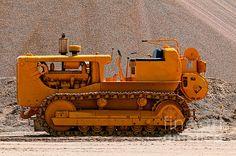 Vintage Bulldozer by Les Palenik Caterpillar Excavators, Caterpillar Equipment, Heavy Construction Equipment, Heavy Equipment, International Tractors, Heavy Metal Art, Crawler Tractor, Mining Equipment, Cars