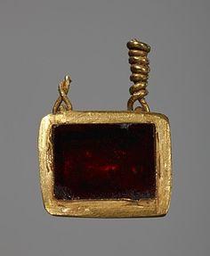 Vedhæng. Etruskisk Pendant. Etruscan  Gold, garnet 400 BC