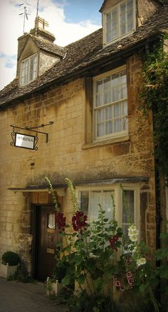Cotswold cottage - Chipping Campden, Gloucestershire http://itsawonderfullifeilive.tumblr.com/post/37843830912/fuckitandmovetobritain-cotswold-cottage