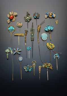Collection of gilt metal and Kingfisher feather hairpins and earpick-hairpins; variously formed as flowers and foliage, bats, birds and shou characters, decorated with pearls and coloured stones. Hair Jewelry, Jewelry Art, Jewelry Accessories, Jewelry Design, Ancient Jewelry, Antique Jewelry, Vintage Jewelry, Argent Antique, Vintage Hair Combs