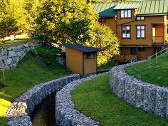 Габионы в ландшафтном дизайне: идеи, которые никого не оставят равнодушным Sidewalk, Patio, Mansions, Interior Design, House Styles, Garden, Outdoor Decor, Home Decor, Nest Design
