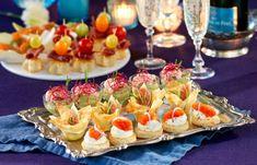 Vad ska man bjuda på till välkomstdrinken på nyårsafton? Här får du tips på frasiga smördegsstjärnor, snittar med sikrom, avokadokräm med räkor och annat läckert som är lätt... Party Food And Drinks, Party Snacks, New Year's Food, Recipe Of The Day, Afternoon Tea, Tapas, Food Porn, Brunch, Appetizers