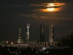 Luna llena de otoño en las cuatro torres de Madrid | Flickr - Photo Sharing!