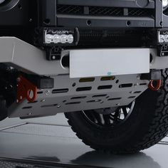 Used in the Defender Challenge, the lightweight steering guard will offer protection to steering arms and linkages, but also offers access for maintenance. Available in either Black or Graphite, it uses existing mounting points and both colours come with 2 x red towing eyes for recovery work.