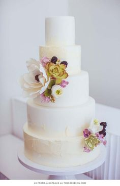 10 Flower Cakes for Spring | including this design by La fabrik à Gâteaux! | on TheCakeBlog.com