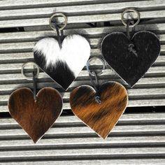 Tas hanger of hanger voor je sleutelbos in de vorm van een hart van koeienvacht! Het hart is ca. 10 cm lang en 10 cm breed. Super stoer aan een leren franje tas Leather Keychain, Love Heart, Key Rings, Celtic, Cufflinks, Alternative, My Style, Bags, Accessories