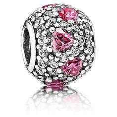 Elle est entièrement recouverte de cristaux de zircons dont certains sont en forme de coeur... le coeur que vous lui offrirez pour la Saint Valentin.  http://www.bijourama.com/p-charm-pandora-791249czs-charm-coeur-rose-femme-pandora-54943-643.html
