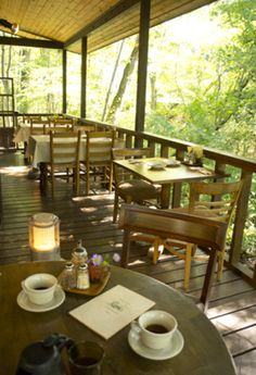 早起きして訪れたい森の中のカフェ 軽井沢キャボットコーヴで至福の朝食を キナリノ テラス カフェ 軽井沢 カフェ カフェのインテリアデザイン