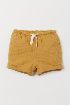 Shorts in soft, woven organic cotton fabric with an elasticized drawstring waistband. Sewn cuffs at hems. Linen Shorts, Cotton Shorts, Baby Boy Outfits, Kids Outfits, Summer Shorts Outfits, Pink Kids, Kids Branding, Coton Bio, Baby Kids Clothes