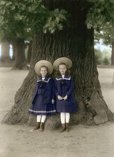 Russian Grand Duchesses Tatiana & Olga Romanov posing against a huge oak tree around This is a colorized photo. Vintage Girls, Vintage Children, Vintage Pictures, Vintage Images, Portraits Victoriens, Vintage Beauty, Vintage Fashion, Olga Romanov, Romanov Sisters