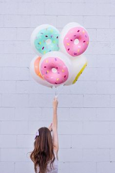Colorful DIY sprinkle Donut Balloons. Perfect for a kid's party. Buy plain donut balloon at http://amzn.to/2oZLZan (affiliate)