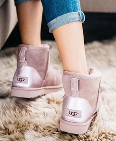 This UGG Classic Short II is an iconic must-have boot that fits every age and personality with its stylish versatility. Fall Winter Shoes, Ugg Winter Boots, Bow Boots, Pink Boots, Sock Shoes, Ugg Shoes, Flat Shoes, Pink Uggs, Ugg Boots Australia