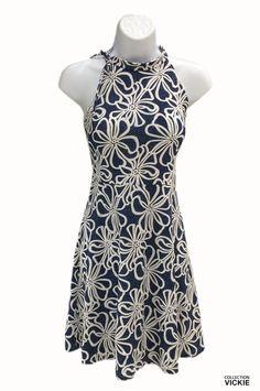 Voici notre toute nouvelle robe super féminine! Sa coupe ample au bas lui confère un petit look rétro qu'on adore! Cordon au cou pour attache avec une boucle. Légère et mignonne, elle sera parfaite pour la période estivale ou pour les vacances au chaud. Exclusivité VICKIE. Confectionnée entièrement en Beauce. 90% polyester 10% lycra. Polyester, Voici, High Neck Dress, Collection, Dresses, Fashion, Retro Look, New Dress, Cute