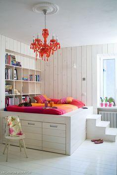 <p>W te<strong>j białej sypialni</strong> jest intymnie i świeżo. Wystrój sypialni, meble i dodatki nawiązują do wnętrz w stylu skandynawskim. Łóżko w sypialni znajduje się na podeście. Uwagę zwraca pomysł na boazerię w nowym wydaniu. Czy sypialnia cała w drewnie jest dobrym projektem