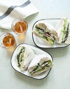 Recette Bagels veggie : Coupez les bagels en deux et toastez-les 2 mn au grille-pain.Rincez les radis et le concombre puis émincez-les finement. Coupez la chai... Veggie Recipes, Vegetarian Recipes, Healthy Recipes, Healthy Food, Bagels, Easy Lunches For Kids, Those Recipe, Lunch Snacks, Lunch Box