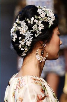 Dolce & Gabbana's spring 2014 hair look was the stuff that romantic Italian dreams are made of. The loose bun, threaded through with a floral chain, is exactly the type of hairdo you needed the perfect look for an outdoor fall wedding filled with seasonal blooms.