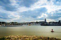 Skyline van Nijmegen aan de Waal. In het midden ligt MPS De Zonnebloem…