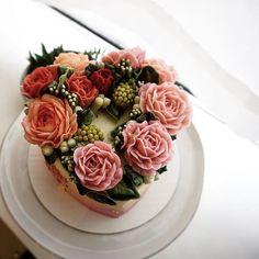 Heart shape💗 wreath style cake #LOVE .. .. #balletbeautiful #love #cake #valentinesday #heart #rose #bloom #leaves #pink #red #creamy #lovers #specialday #gift #caketable #cake #decor #design @betterhomesandgardens @weddingwire #wedding #bridalshower #bridal #birthdaycake #buttercreamcake #flowercake #edibleart #nyc #newyork