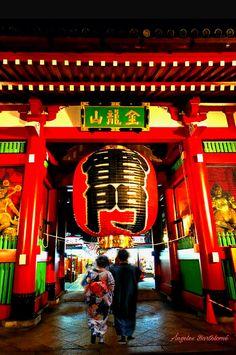 Hay un rincón en Tokyo  que más me gusta  Asakusa, es el lugar  donde comenzó como un pueblo de pescadores. Puerta Kaminari-mon Senso templo de Tokyo  Japón