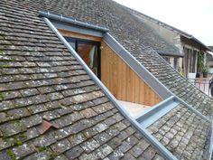 Cette toiture aurait besoin d'une rénovation afin de retrouver une seconde jeunesse