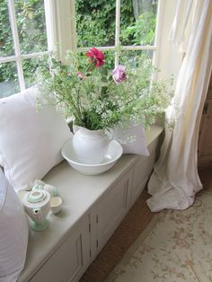 Country Cottage Style window seat with white pitcher of flowers White Cottage, Rose Cottage, Cottage Living, Cottage Homes, Living Room, Cottage Windows, Bay Windows, English Cottage Style, Cozy Nook