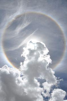 Un arco iris circular creado por cristales de hielo en el cielo