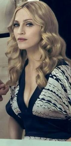Madonna Photos, Madonna 80s, Divas Pop, Bardot Hair, Best Female Artists, Madonna Fashion, Italian Beauty, Facon, Pop Music