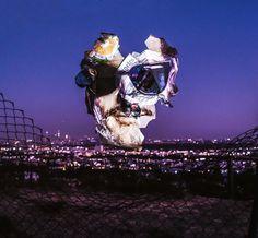 Portrett av mann projisert på søppel foran kjent utsiktspunkt i Los Angeles