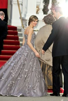 Princess Letizia (Letizia Ortiz Rocasolano) is the wife of Felipe, Prince of Asturias, the heir to the Spanish throne. Before her marriage to the prince, she was a journalist. Love the Royal style for Queen Letizia. Estilo Fashion, Ideias Fashion, Beautiful Gowns, Beautiful Outfits, Gorgeous Dress, Royal Wedding 2011, Mode Glamour, Estilo Real, Wedding Countdown