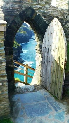 Tintagel castle, Cornwall, England - Travel tips - Travel tour - travel ideas Holiday Places, Holiday Destinations, Lake District, Places To Travel, Places To See, Yorkshire Dales, Yorkshire England, Cornwall Beaches, York Minster