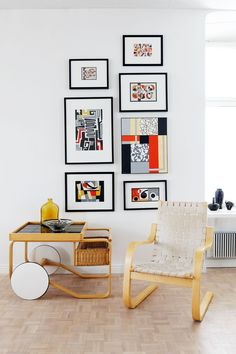 Artekin tarjoiluvaunun ja tuolin seurassa on kokoelma Juhanin töitä. Artekin 406-tuoli on Alvar Aallon klassikko vuodelta 1939.