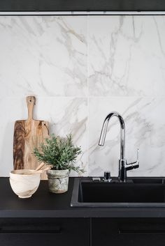 Dark kitchen cabinets and white marble backsplash Dark Kitchen Cabinets, Kitchen Backsplash, Backsplash Marble, Marble Tiles, Backsplash Ideas, Kitchen Time, Kitchen Dining, Kitchen Ideas, Kitchen Trends