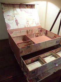 Este gran maletín para maquillaje es el regalo que harán a Maite sus compañeras. Realizado con papel París vintage de Rossi y tela rosa palo...