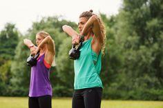 Není vždy nutné trávit hodiny v posilovně chcete-li zhubnout nebo zvýšit svoji kondici. Bylo prokázáno, že intervalový trénink s vysokou intenzitou (založený na střídání vysoké a nízké intenzity) je jedním z nejlepších způsobů, jak spálit více kalorií v poměrně krátkém čase, zlepšit metabolismus a efektivněji se zbavit tuku. Zde je několik tipů na intervalové cvičení: - TABATA workout - Kruhový trénink - Insanity workout - BODYPUMP - Crossfit - Nike Training Club